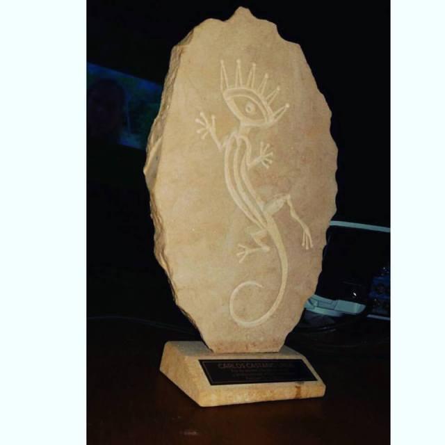Petroglifo Festiver, escultura elaborada en piedra y tallada a mano por el artista Barichara Iván Darío Quintero. Cada ganador recibió uno de estos y premios variables según la categoría. /FOTO FACEBOOK.