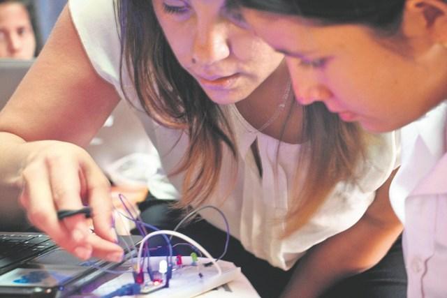 Carolina Salguero les enseña a los estudiantes sobre nociones básicas de química, biología y tecnología. / FOTO SUMINISTRADA BRIANA BARRIOS GÓMEZ