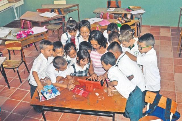 Maestra de grado primero, enseñándole a sus alumnos como se utiliza una tablet/Foto Alexandra Castillo Rueda