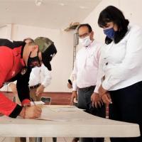 Toneladas de cemento y Escrituras reciben familias de Trinidad García de la Cadena y Teúl de González Ortega