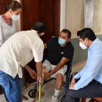 Julio entrega prótesis de pierna