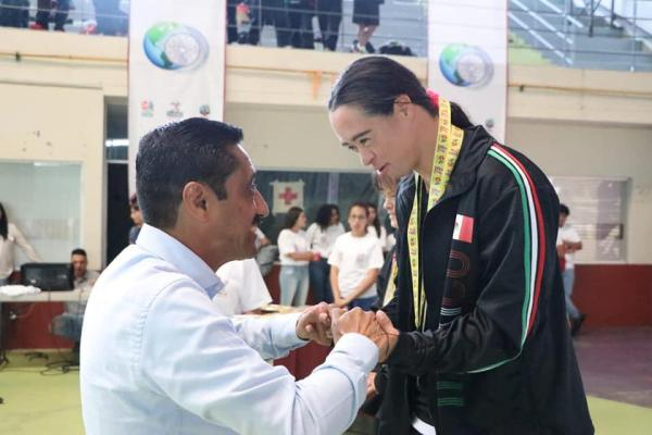 Nadadora de Izcalli gana 11 medallas de oro en competencia internacional