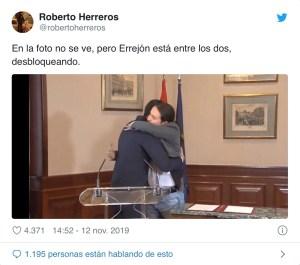 Meme. Cuidado, Errejón está entre los abrazados/@robertoherreros