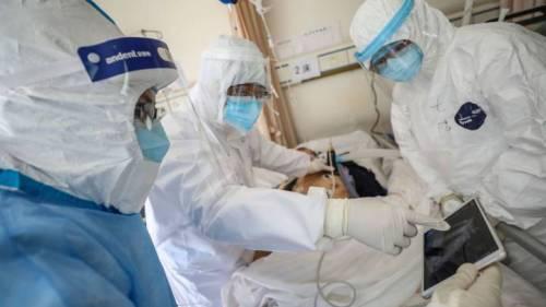 Médicos tratando el coronavirus