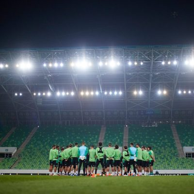 El Real Betis entrenando en el Groupama Arena. Fuente: Twitter del Real Betis Balompié