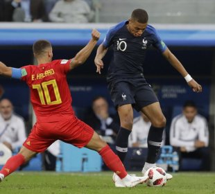 Mbappé regatea al belga Eden Hazard   Fuente: Petr David Josek (AP)