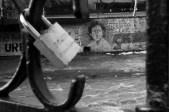 En la ribera del Río Mapoche, entre el buillicio de la ciudad, desconocidos pinaron un mural en solidaridad por Tamara Sol Farías Vergara.