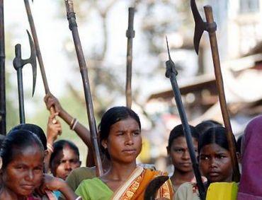 Mujeres de las tribus adivasis, los más pobres de la India, empuñando armas en la guerra popular