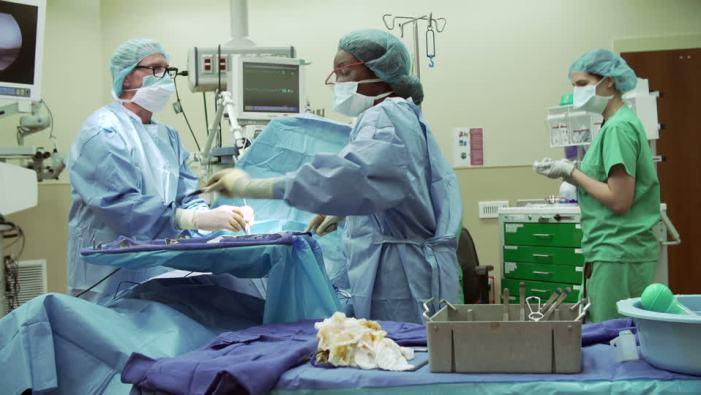 755308246-anestesista-mascara-personal-cirujano