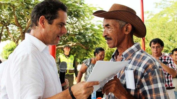 En Repelón, Atlántico, Vargas Lleras entregó escrituras de sus predios a 210 familias pobres
