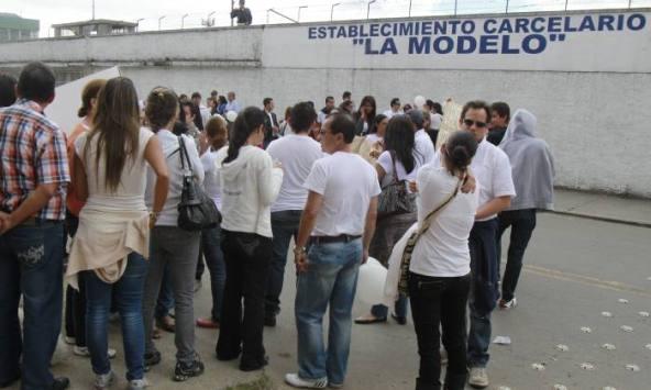 En las afueras de la Cárcel La Modelo de Bogotá un centenar de personas realizaron un plantón a favor de Carlos Cárdenas, implicado en la muerte de Luis Andrés Colmenares. (Colprensa- José Herchel Ruiz).