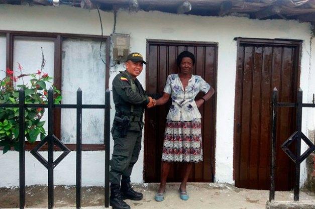 policia-regalo-mujer-cauca