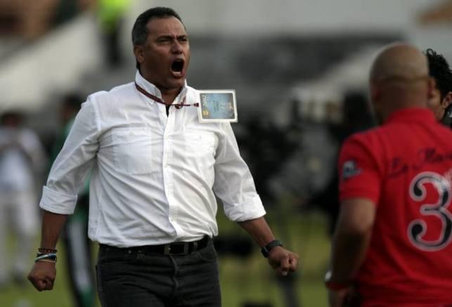 En el estadio La Independencia de la ciudad de Tunja, Itagüi venció 1 – 0 a Boyacá Chicó. En la foto: el técnico Hernán Torres, celebra la victoria de su equipo. (Colprensa – Mauricio Alvarado)