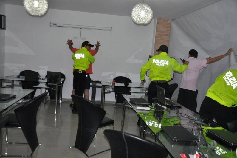 Entre las seis personas que fueron capturadas, se encuentra la secretaria de la campaña del candidato del partido Mío, Francined Cano. (Colprensa-Policía Nacional).