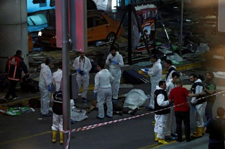 muertos-atentado-mayor-aeropuerto-Estambul_EDIIMA20160628_0813_5