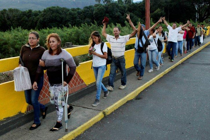 Venezuelan citizens cross the Simon Bolivar international bridge to take advantage of the temporary border opening in San Antonio del Tachira, Venezuela, July 10, 2016. REUTERS/Carlos Eduardo Ramirez