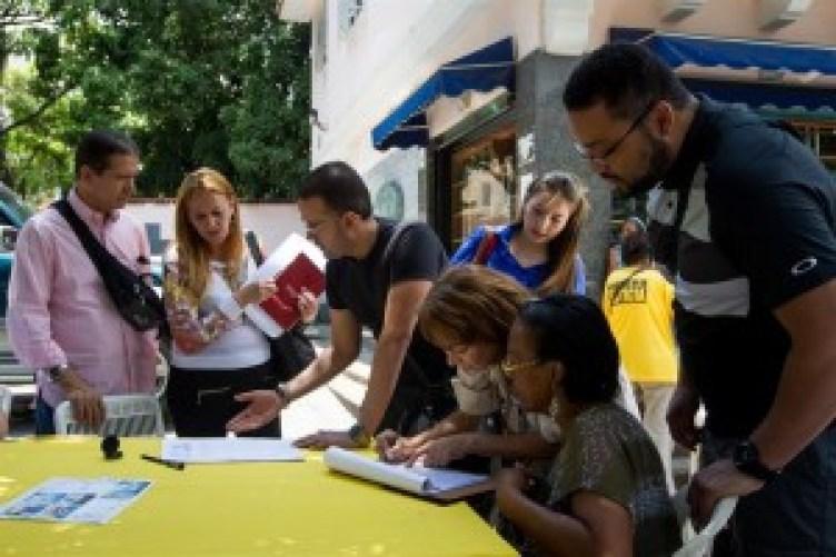 opositores-recogen-firmas-en-venezuela-efe
