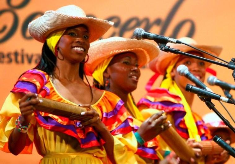 Un grupo de cantaoras del pacífico sur se presenta en el Festival Petronio Álvarez. (Colprensa-El País)