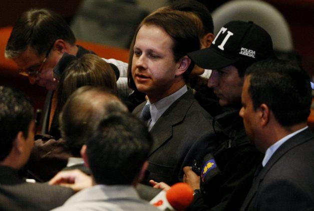 """BOG01. BOGOTÁ (COLOMBIA), 26/07/11. El exministro de Agricultura de Colombia Andrés Felipe Arias (c), es escoltado por miemboros de la Policía Judicial de Colombia, luego de que un magistrado del Tribunal Superior de Bogotá ordenara su detención, hoy, martes 26 de julio de 2011, en Bogotá (Colombia). El magistrado Orlando Fierro acogió la petición de la fiscal general colombiana, Viviane Morales, quien pidió para el exministro la orden de detención y lo acusó de los delitos de """"peculado por apropiación a favor de terceros y firma de contratos sin el lleno de requisitos"""". EFE/LEONARDO MUÑOZ COLOMBIA CORRUPCIÓN"""