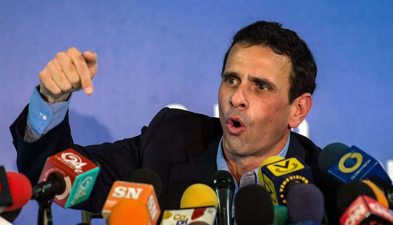 Miranda state governor and opposition leader Henrique Capriles Radonski speaks during a press conference in Caracas on January 14, 2015. The Venezuelan opposition leader Henrique Capriles announced Wednesday that the opposition coalition Mesa de la Union Democrática (MUD)  will be reorganized in vue of the economic crisis and facing the legislative elections of 2015.  AFP PHOTO/FEDERICO PARRA