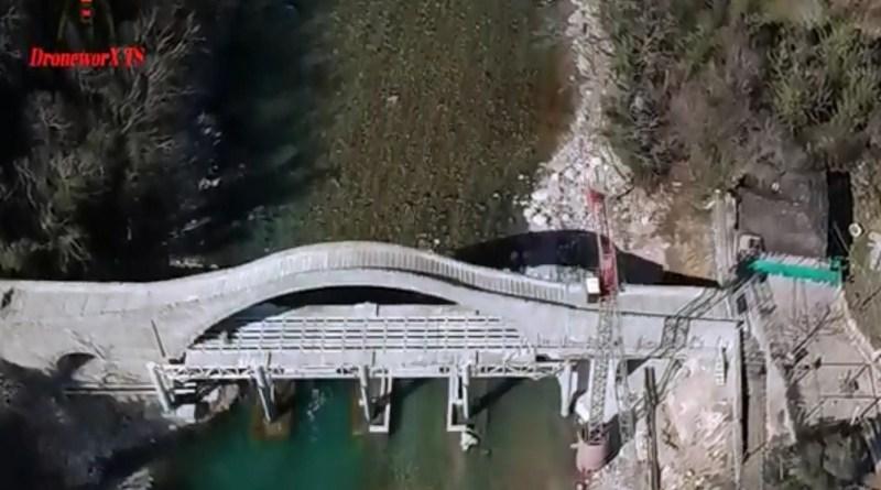 Βίντεο: Το γεφύρι της Πλάκας από ψηλά!