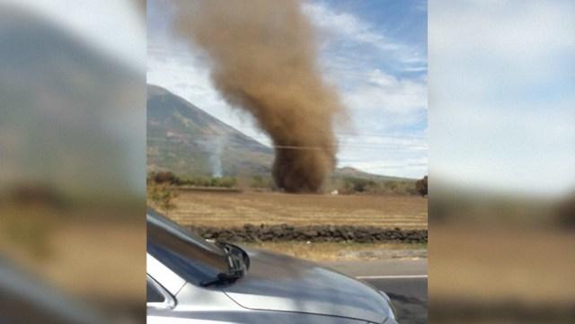 Un extraño tornado surge junto a un volcán en El Salvador