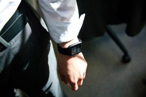 Empleados de la limpieza de calles en China tienen que portar pulseras inteligentes que los obligan a trabajar si llevan 20 minutos sin moverse