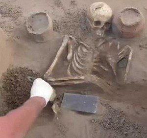 """Arqueólogos encuentran un """"iPhone"""" de 2.100 años de antigüedad en una tumba de la Atlántida rusa"""