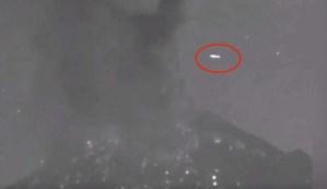 Un ovni pasa sobre el volcán Popocatépetl segundos después de una erupción