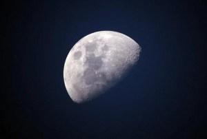 La teoría de la Luna hueca y artificial