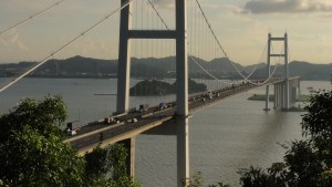 El viento hace ondular un puente de más de 3.600 metros en China