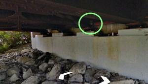 Extraterrestre escondido bajo un puente en Nueva York captado por Google Maps