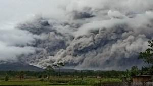 Impresionantes imágenes de un volcán indonesio que arroja nubes ardientes a gran altitud
