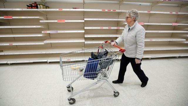 Una 'pandemia de aislamientos' se apodera de Gran Bretaña y en los supermercados empiezan a escasear los productos