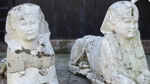 Una familia británica descubre que las dos esculturas de su jardín son esfinges del Antiguo Egipto