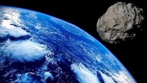 Un meteorito atraviesa el techo de una casa y cae en la almohada de una mujer mientras dormía