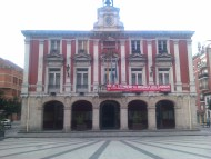 Alguna luz encendida en el Ayuntamiento de Mieres, pero la puerta cerrada