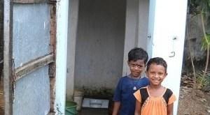 Manipadma Jena/IPS: Niños indios usan un pequeño baño en un tugurio de Bhubaneswar.