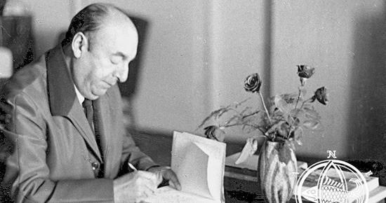 Pablo Neruda firma libros en su residencia