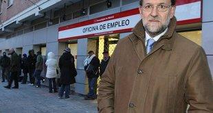 Mariano Rajoy posa en 2013 ante una oficina de empleo