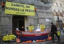 Greenpeace fondea una barca de pesca artesanal frente al Ministerio de Agricultural y Pesca de España, en Madrid