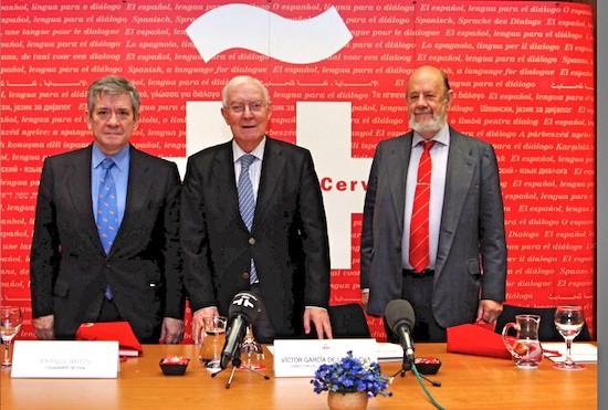 De izquierda a deerecha: el presidente de la Fundación Europea para la Sociedad de la Información (FESI), Enrique Barón; el director del Cervantes, Víctor García de la Concha; y el presidente de la Delegación Española para la FESI, José M.ª Gil-Robles.