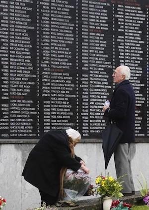 Dos ancianos buscan los nombres de sus difuntos en la Fosa Comun del cementerio de San Salvador de Oviedo © EFE/Alberto Morante