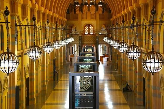 Arriba centro comercial en Sharjah y abajo otro centro comercial reconvertido en museo