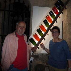 La vuelta al mundo en 80 vinos/13. Pago de Tharsys. Ruth Ortiz posa con el autor de la serie