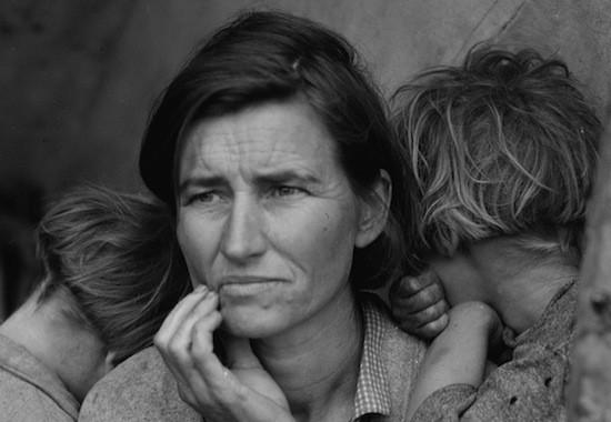 04.Norma en brazos de su madre Florence. C Dorothea Lange Migrant Mother 1936detalle  5501 'Madre migrante' o el respeto como paradigma (y 2)