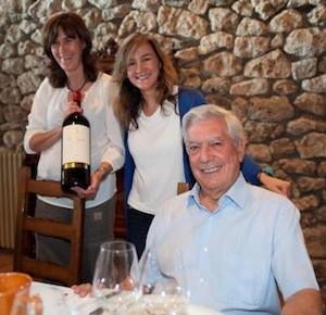 Mario Vargas Llosa con las hermanas Yolanda y Carolina García Viadero. El Norte de Castilla