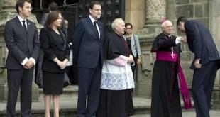 El príncipe Felipe se inclina ante el arzobispo de Santiago, Julián Barrio, quien presidiría luego el funeral oficial católico