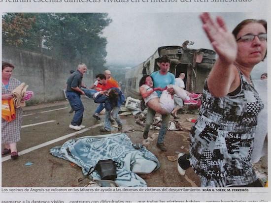 Trágico accidente de tren en Santiago de Compostela. 'La Voz de Galicia', 15 de julio de 2013. Foto: Xoan A. Soler / Mónica Ferreirós