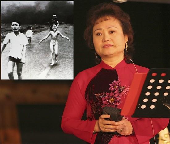 Kim Phuc en la actualidad, delante de su foto del napalm